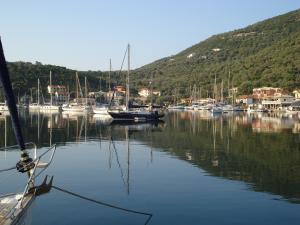 yacht charter guide, sivota bay